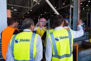Consultores de Shinka Leyendo una Fábrica